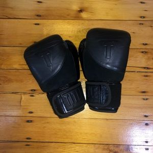 title boxing Accessories - Title blacks 16oz boxing gloves